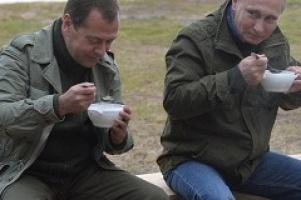 Владимир Путин и Дмитрий Медведев отведали уху вместе с новгородскими рыбаками