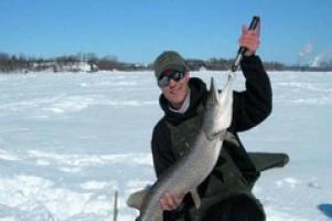 Запаслись водкой и терпением: зимняя рыбалка как народный вид спорта